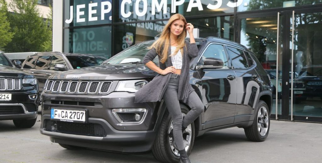 Influencerinnen fahren Jeep Compass
