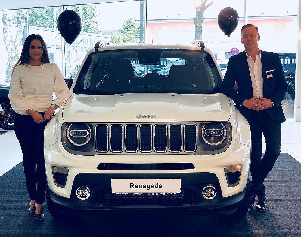Hamira Bajric (Vertrieb) und Torsten Lange (Vertriebsleiter) mit dem neuen Jeep Renegade