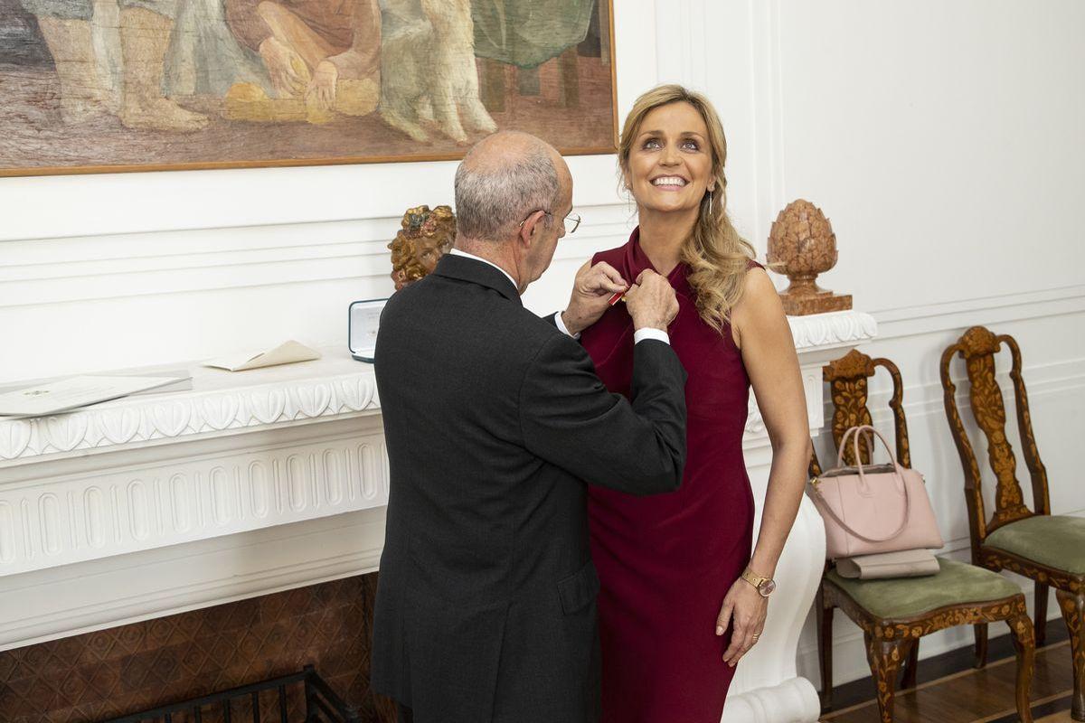 Dr. Sandra Maria Gronewald erhält von Luigi Mattiolo den Verdienstorden der Italienischen Republik.