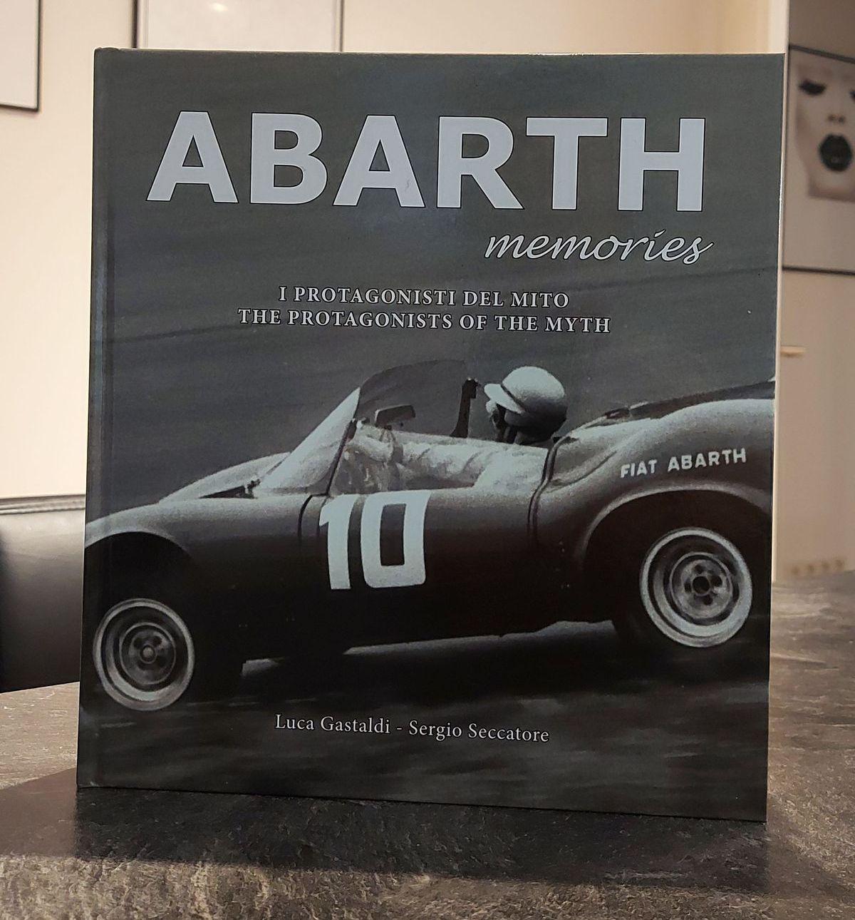 Abarth Memories Luca Gastaldi (Autor), Sergio Seccatore (Autor), Gabriele Guidetti (Illustrator), Actualfoto (Fotograf) 39,90 Euro, mehrsprachig, ISBN: 9791220001328