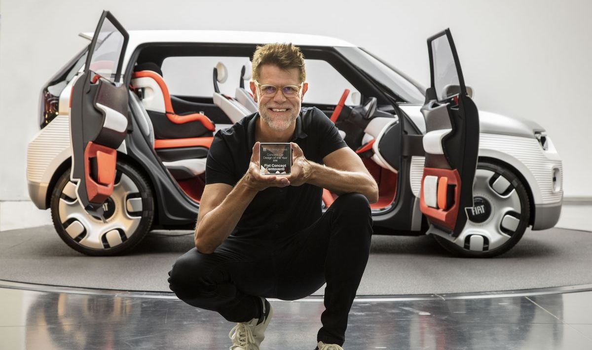 FCA-Chefdesigner Klaus Busse mit dem Award