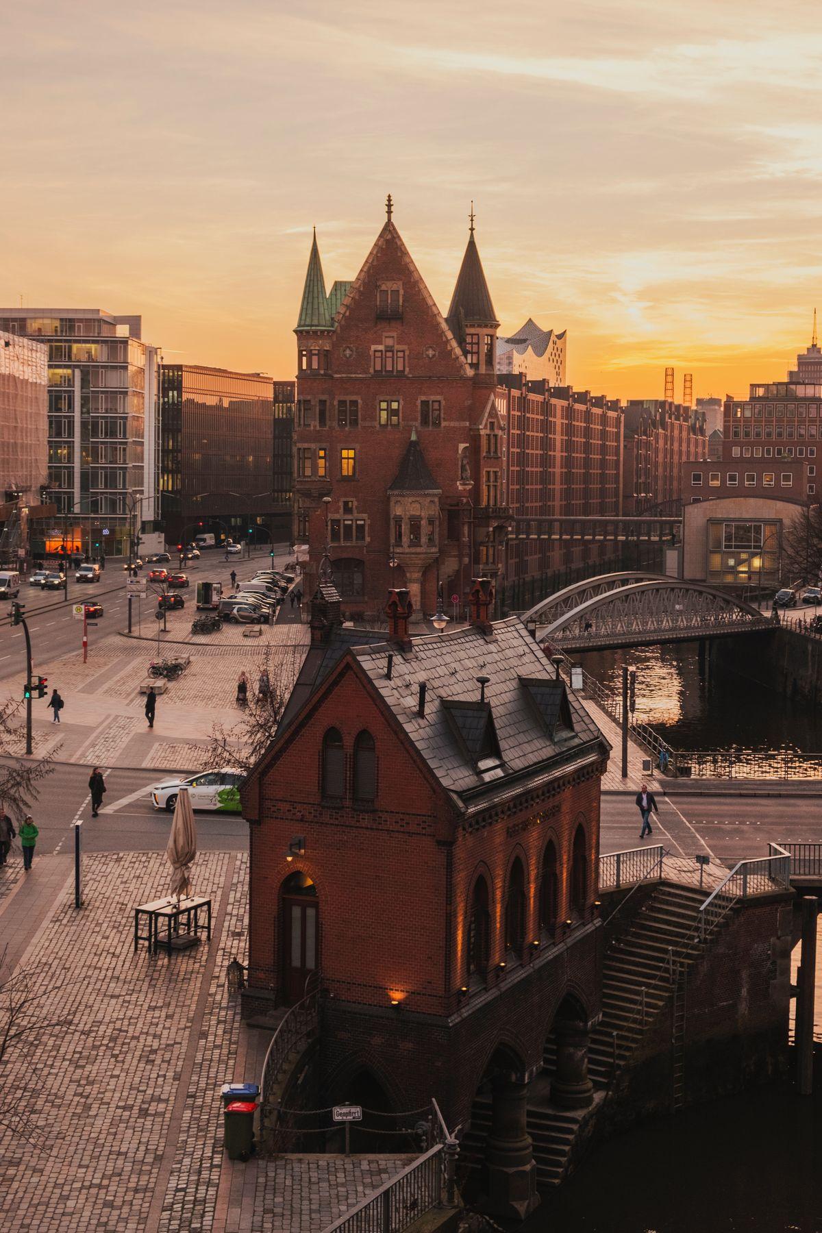 Ein beeindruckendes Hamburg-Visual von Julia Solonina, gefunden bei Unsplash.