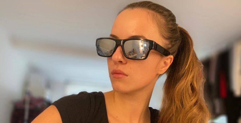Minela Fisic testet Korrekturbrille mit geheimer Kamera